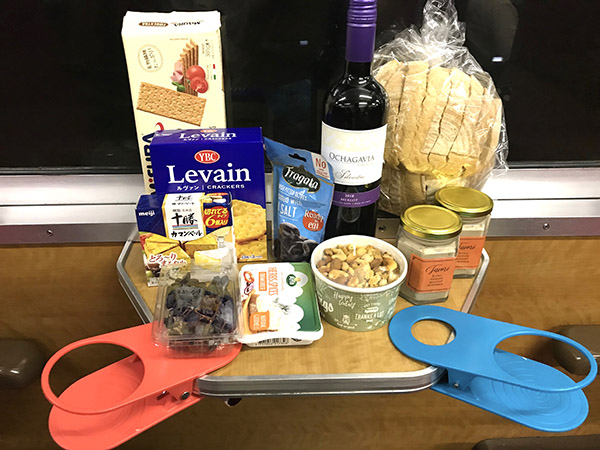 持ち込んだチーズ、クラッカー、赤ワイン、ナッツ、枝付き干しぶどう、パン。小道具も持参