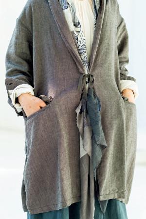 服装のポイント:コートとストールで素材の重なりを楽しむ