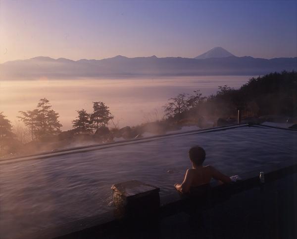 日の出風呂を楽しむならあっちの湯。運がよければ雲海も