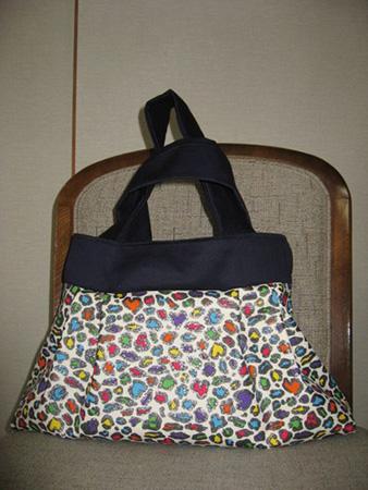 ラミネート加工された布で作ったバッグは娘に