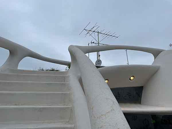 テラスから屋上へと続く階段。
