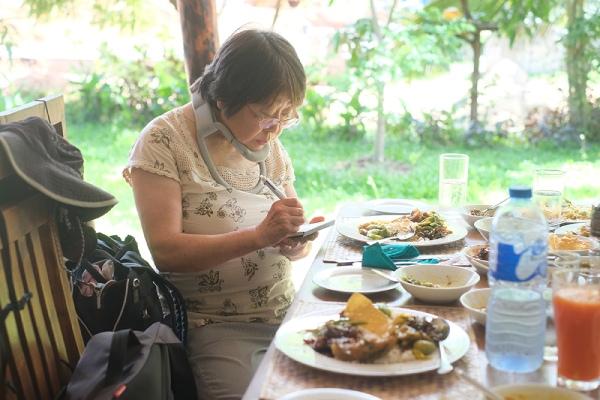 スリランカカレーにもトライ。でも食べる前にスケッチ。