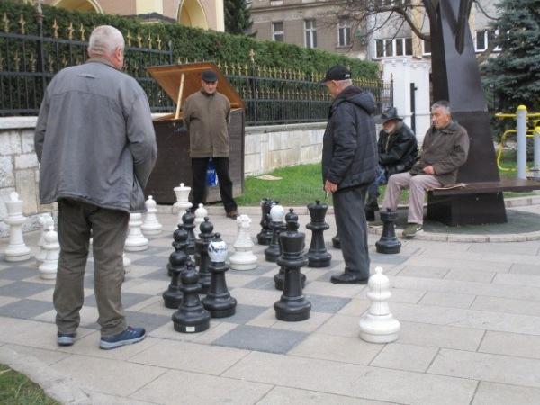 老紳士たちは大きなチェスを楽しんでいる