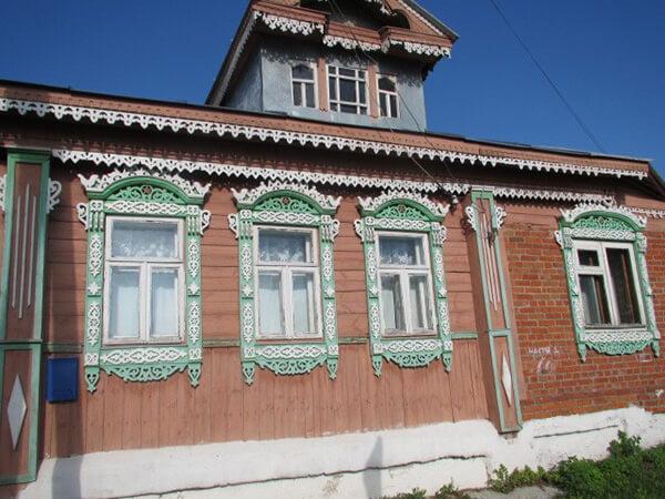 特徴的な飾りのついた家の窓