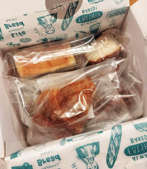 食事系からデザート系まで箱いっぱいのパンが届く