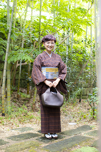 着物に合うバッグを持つ江波戸玲子さん