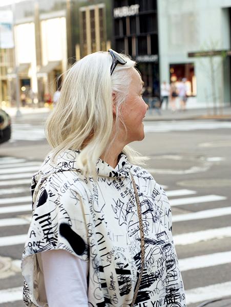 ブロンドに染めるグレイヘア女性