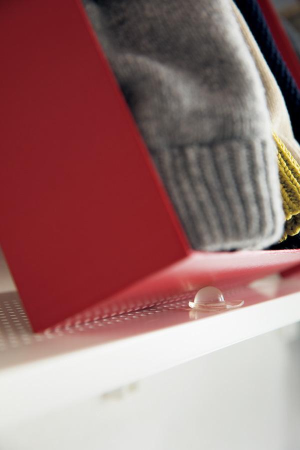 箱の斜め置きには100円ショップの耐震マットを使い、ずれを防止