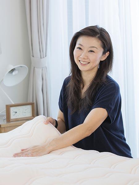 「寝具に寝ぐせがないか、敷き布団やマットレスの腰部分を触ってみましょう」と安達さん。