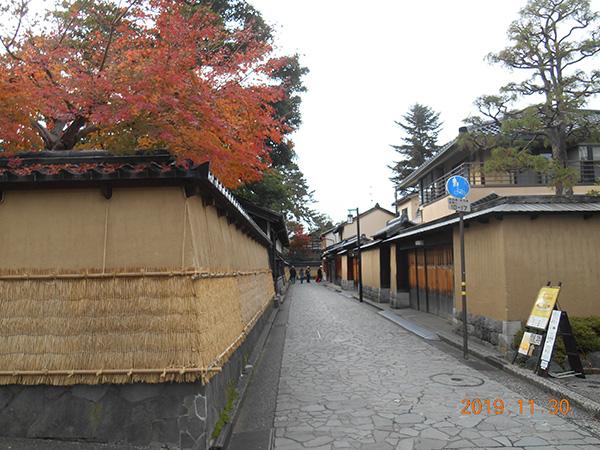 金沢 長町の武家屋敷 塀を弧もで囲って冬支度