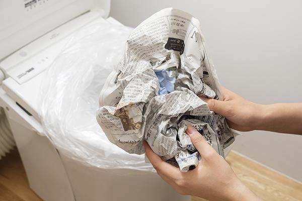 新聞紙を1枚丸め、広げる。2枚分行う。