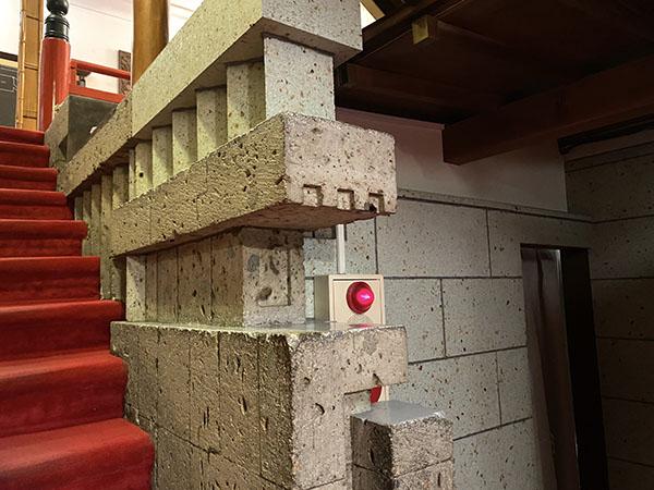 階段にも大谷石が使われている