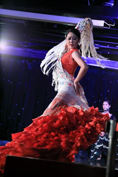 フラメンコの踊り手「バイラオーラ」の香名子さん。何とデッキでの記念撮影は、香名子さんがシャッターを押してくれました