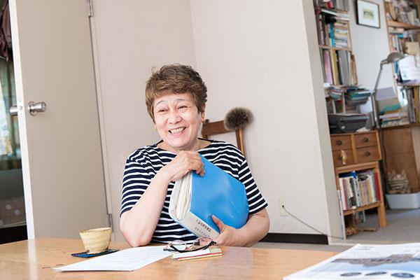 手に持っているのは、阿部絢子さんが「願い書」と重要書類をひとまとめにしているファイル