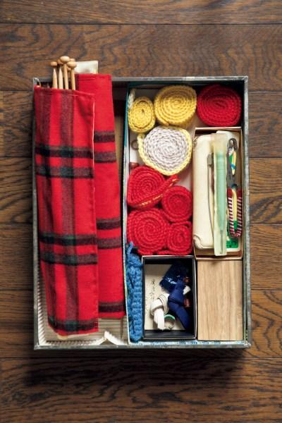 きれいに整頓された編み物の道具。「編み物は手芸の中でも特に好きでした。歯が丈夫で熱心に編んだときは、一ポンドの並太毛糸は二日間で難なく編みました」と自ら記しています
