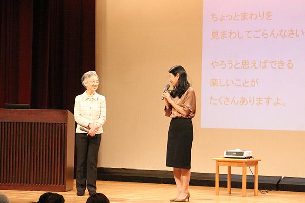 ハルメクのイベントで講演する食野雅子さん