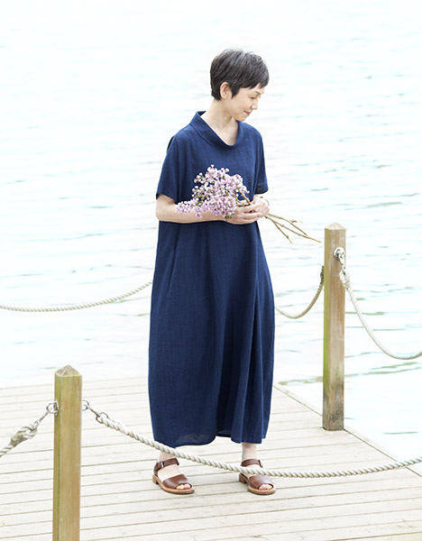 一枚着るだけでサマになる「コクーンシルエット」の藍染めワンピース。