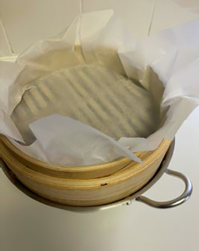 がんづきの作り方1クッキングシートを蒸し器に敷く