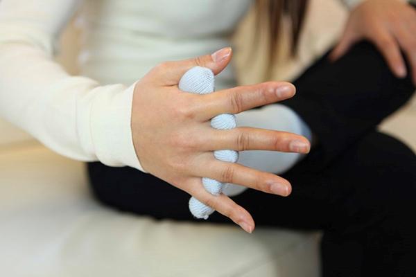 足指ストレッチの注意:手の根元に足の指先を密着