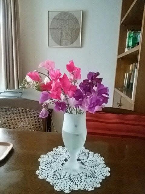 この日は庭で育てたスイトピーを飾って