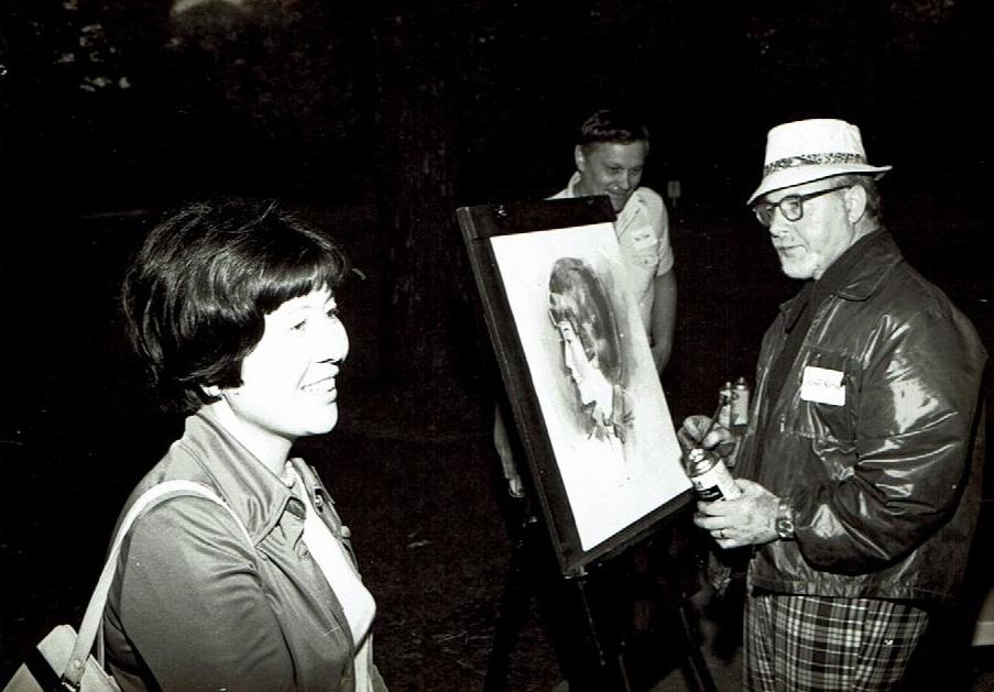 「奥様使節」の最後に訪れたハワイのパーティで、余興に似顔絵を描いてもらっているところ