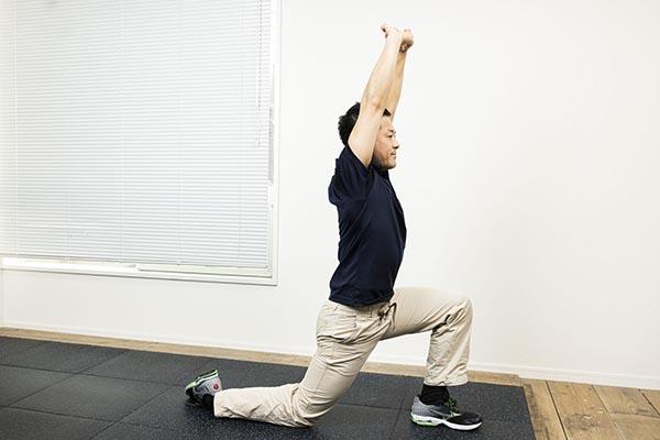腕を組んで腕に伸ばしつつ、腰を前に。これができればいうことなし!