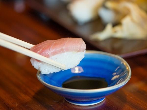 お寿司屋さんでなぜ醤油のことをむらさきっていうの?