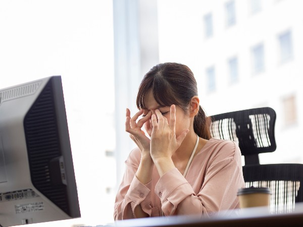 目の疲れには冷やすのと温めるの、どちらが有効?