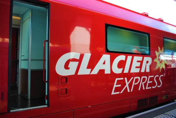 スイスの世界遺産を8時間かけて走る「氷河特急」とは?