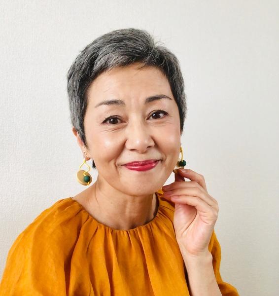池田さんグレイヘアファッションビビッド