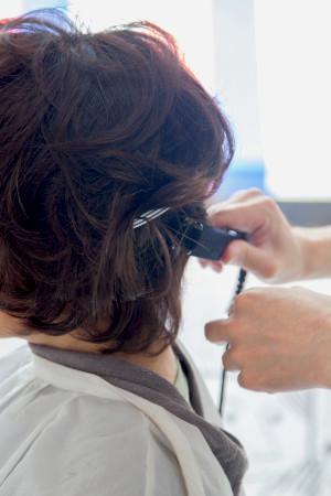 ヘアアイロンでサイドの髪に動きを出す