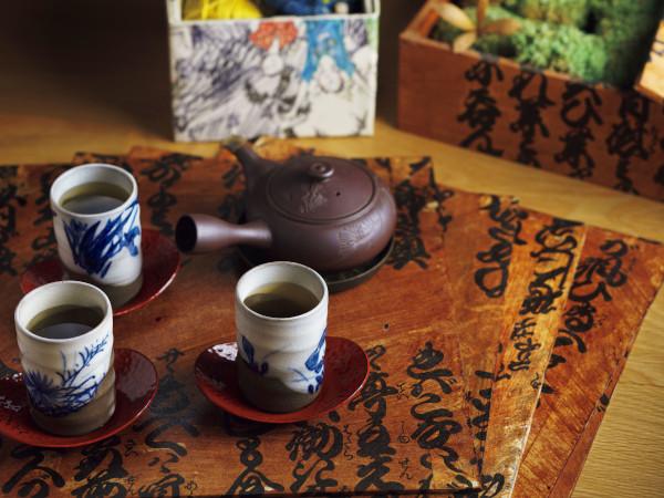 カラーボックスの背板に、お気に入りの和紙を貼り、柿渋を塗ったものに、お茶を載せて