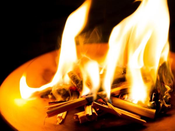 お盆の迎え火・送り火の意味や手順は?