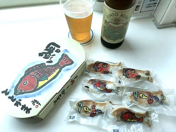カフェ車両で神都ビール(伊勢)と、ととかま(笹かまぼこ)を