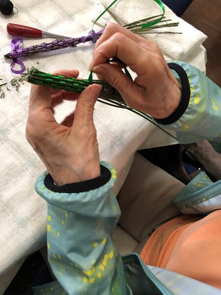 市松模様に編み込んでいく