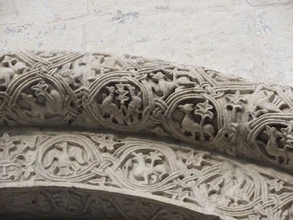 美しい建築様式と見事な石の彫刻