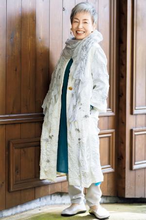 青木富士子さんの着こなしのコツ:絞り染めのストール