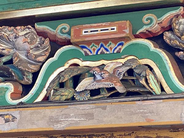 裏側にはスズメの彫刻