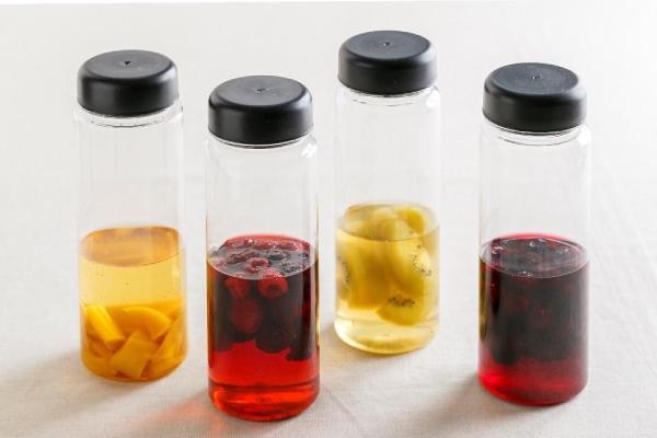左から、マンゴー酢・ミックスベリー酢・キウイ酢・ブルーベリー酢