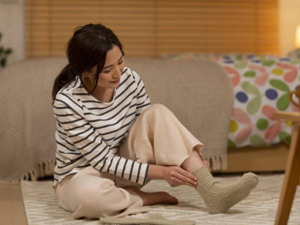 就寝時は冷えを解消するシルクの靴下がおすすめ!