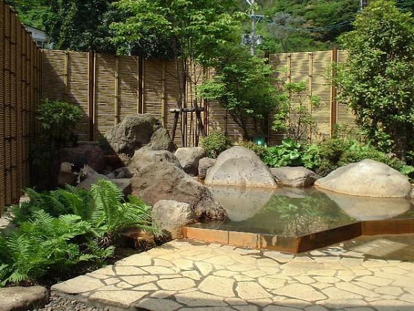 露天風呂の隣にはむし湯があり、竹の下を源泉が流れるしくみ