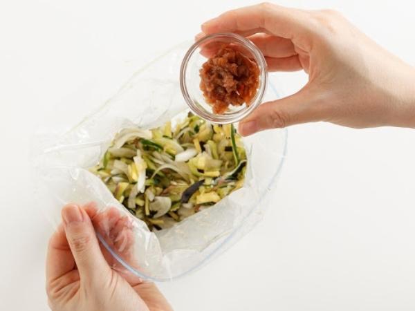 種を抜いて刻んだ梅干しを入れて軽くもみ、袋のまま冷蔵庫で保存する