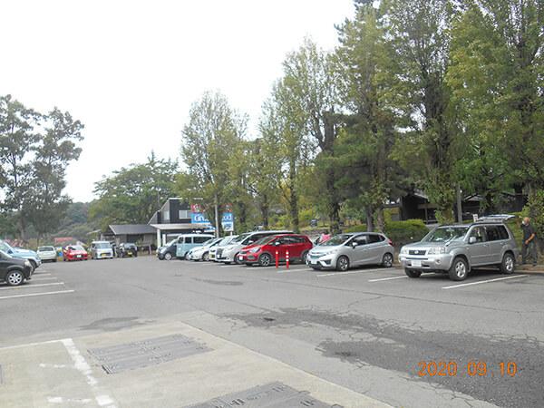 車がまばらな温泉の駐車場