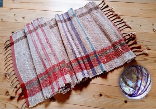 日当たりのいい寝室で日焼けして破れてしまった包布は、裂き織でベッドライナーに生まれ変わった