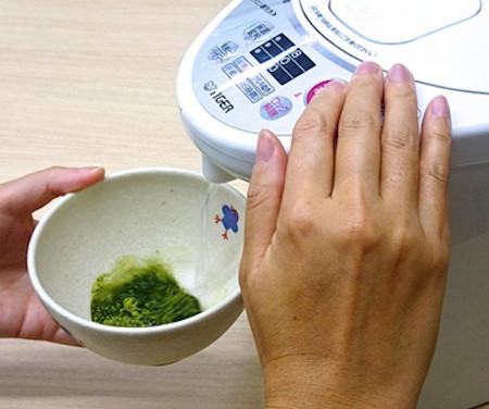 抹茶の点て方・手順2:お湯を注ぐ