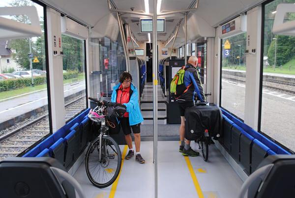 自転車OKの車両。どの車両も窓が大きい!