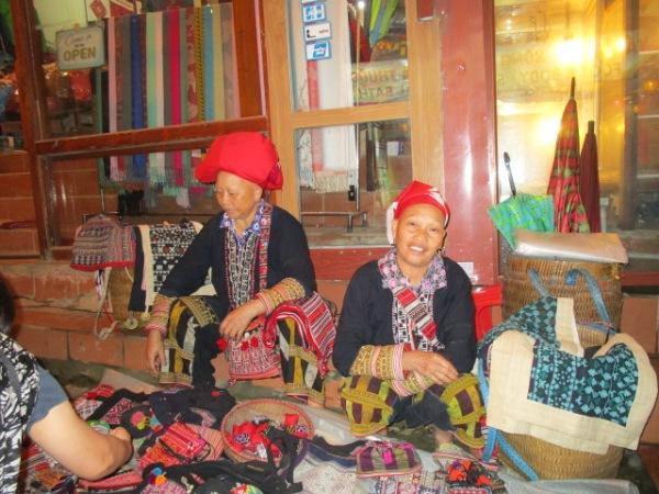 サパの夜の物売り、モン族の婦人