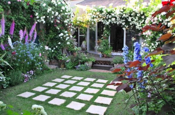バラの香りが溢れる庭