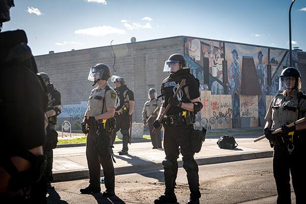 デモ隊と対峙するミネアポリスの警官(2020年5月29日撮影。写真=shutterstock)