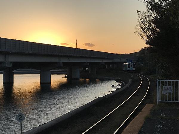 夕日に輝く天浜線と線路